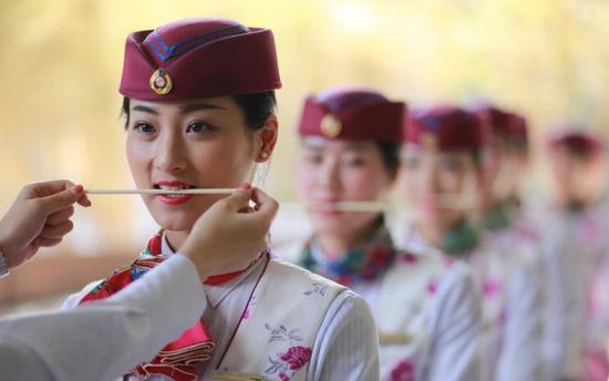 """重庆高铁""""动妹""""礼仪培训 叼筷子练微笑(图)"""