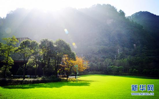 躺在草坪上沐浴阳光,感受古剑山惬意时光。新华网发(孙治波 摄)