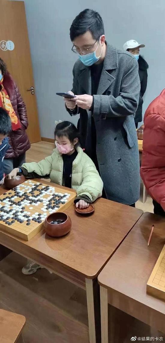 古力看女儿下棋被拍