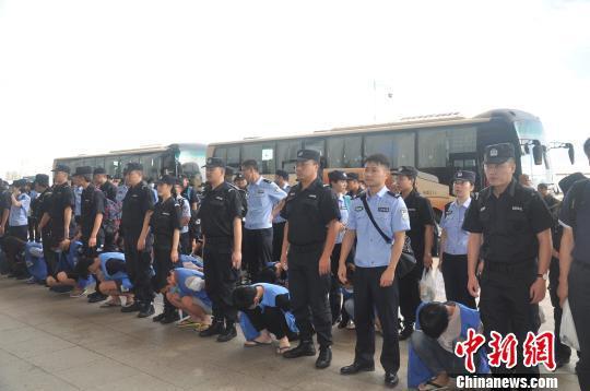 图为民警将犯罪嫌疑人押解回重庆。警方供图