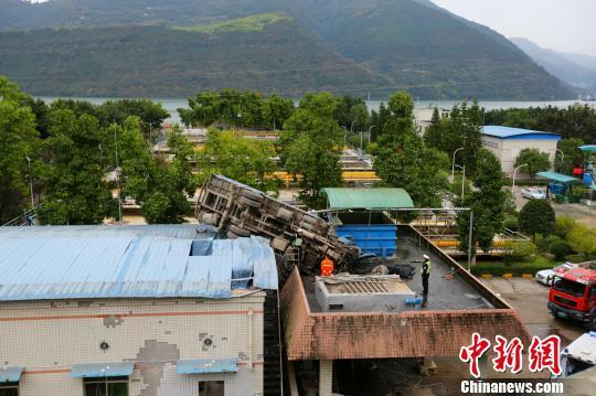 图为重庆一重型吊车凌空飞行20余米掉落楼顶。 董俊志 摄