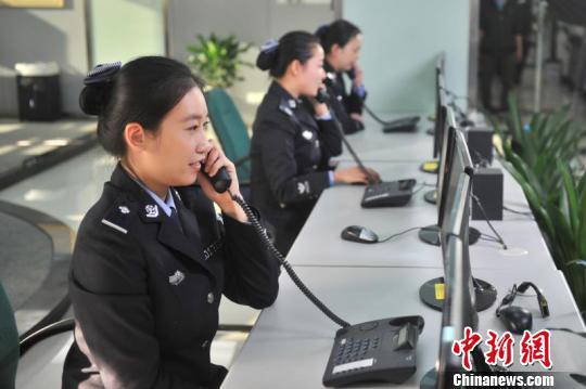 图为重庆市110报警服务台工作人员正在接警。警方供图