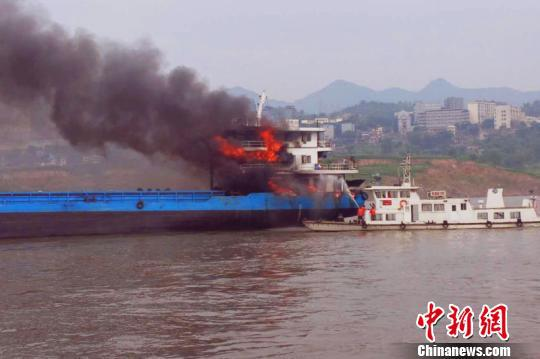 """图为发现险情的""""忠祥66""""船舶。长江重庆航道局供图"""