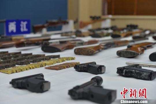 图为警方展示缴获的枪支弹药。 警方供图