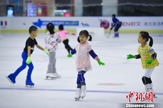 图为暑期在冰场练习滑冰的小学员。 韩璐 摄