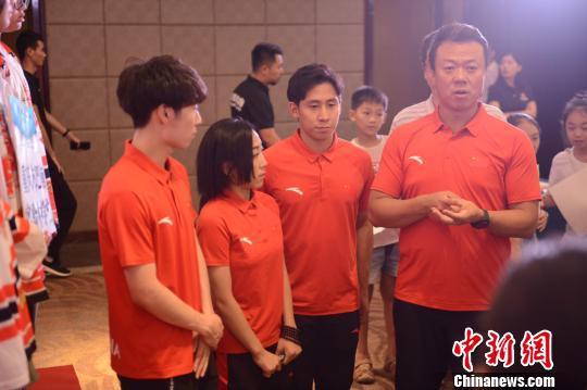 图为金博洋、隋文静、韩聪和赵宏博接受采访。重庆市体育局供图