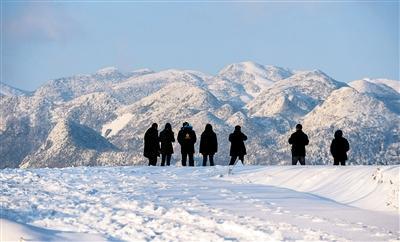 站在云阳最高峰云峰山遥望对面的巫溪雪景,蔚为壮观。