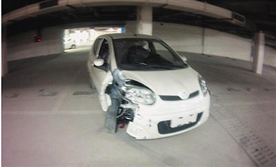 """拿真车当""""碰碰车""""耍 熊孩子撞坏30辆新车"""