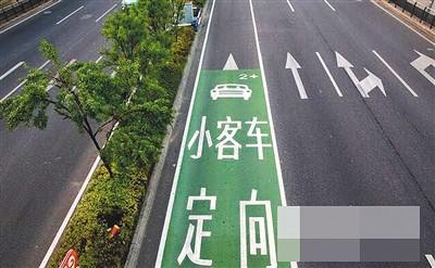 嘉华大桥桥头的提示牌和路上施划的提示