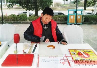 刘贵兵正在创作糖画。本报记者 甘侠义 摄