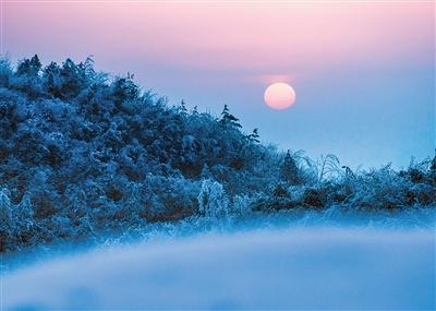 云阳最高峰云峰山,夕阳西下打造出雪景中的梦幻世界。