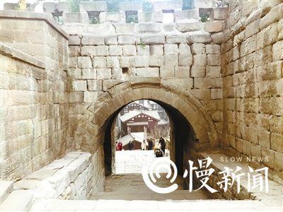 ▲现今保留的东水门老城门,透过门洞可以看见即将开街的东水门老街。