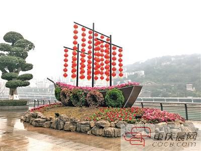 """北滨路上的创意绿雕——""""嘉陵扬帆""""。 本报记者 刘波 摄"""
