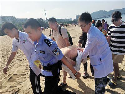 大家齐心协力将老人送往医院。