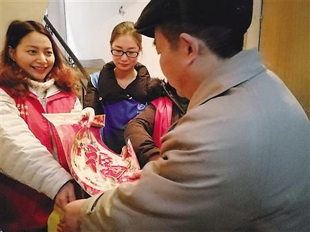 △社区志愿者为他送上新春大礼包