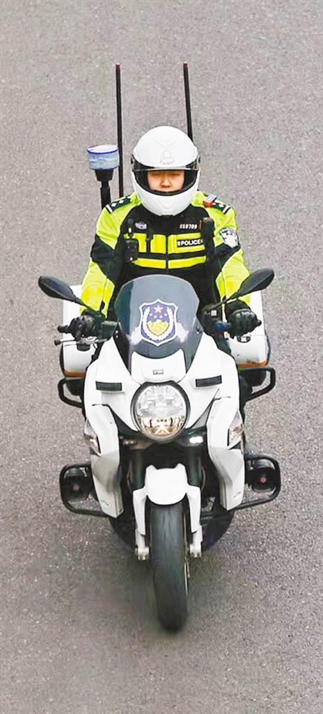 """""""渝警骁骑""""队员在路面巡逻。"""