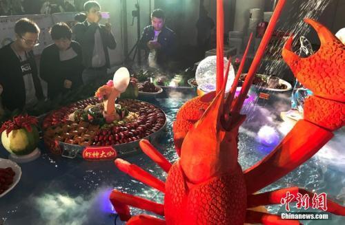 资料图:龙虾宴。(中新社记者 泱波 摄)