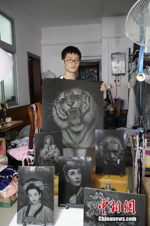 林新栋展示他的部分作品