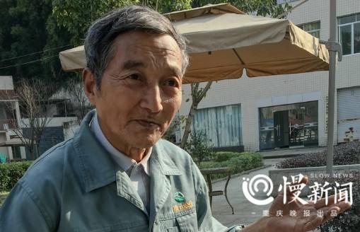 △刘寿才正讲述海底沟水库当年是怎么被发现的