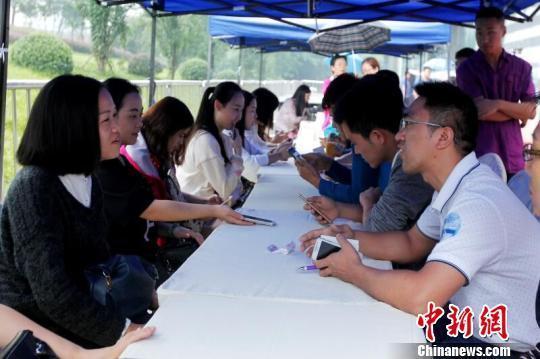图为正在举行的一场相亲会活动。蒋青琳摄