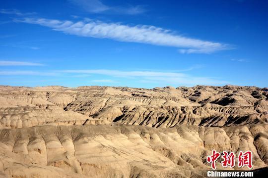 """素有中国""""聚宝盆""""美誉的柴达木盆地地处青海省海西州,面积约26.5万平方公里,是中国重要的能源和矿产资源富集区之一,也是中国西部地区重要的防风固沙生态功能区。 孙睿 摄"""