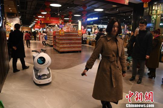图为一工作人员正在展示机器人的功能。 陈超 摄