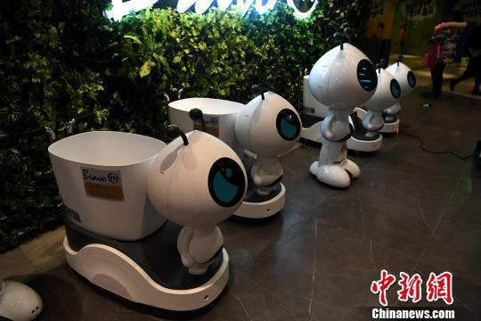 图为超市大门处摆放了机器人。 陈超 摄