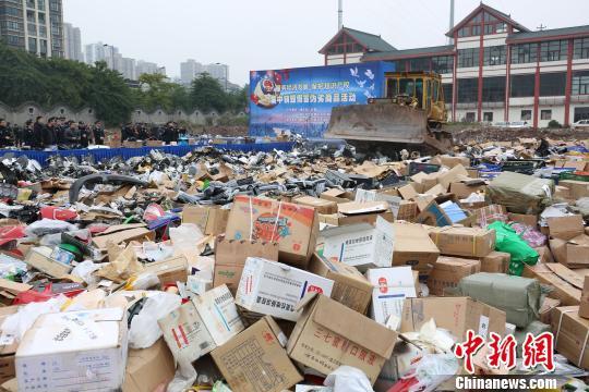 资料图为2月1日重庆九龙坡警方集中销毁价值数千万元的假冒产品。 王远程 摄