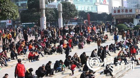 """市民在观音桥广场""""排排坐""""晒太阳"""
