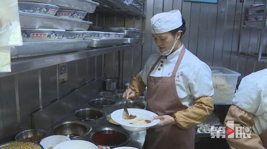 逆天了!重庆小面惊现鸳鸯锅 食客蜂拥而至(图)