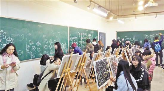 重庆第二师范学院全科教育学生在进行绘画学习。(学校供图)