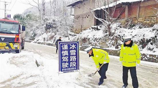交巡警对冰雪路段采取交通管制措施。(交巡警总队供图)
