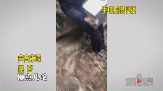 没有直通坑底的道路,救援人员只能踩着湿滑的野草,一点一点摸索着前进。