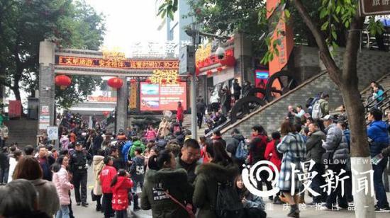 壮观 长江索道外游客排起百米长队
