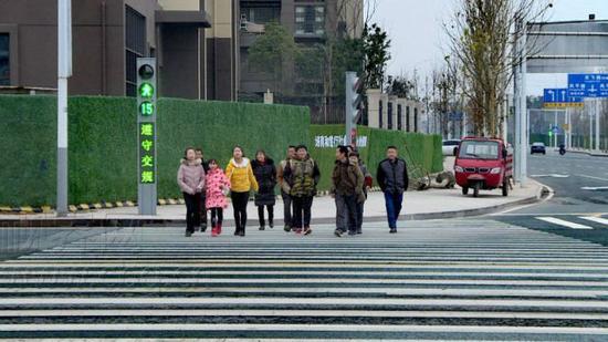 """首套""""会说话""""的人行信号灯就正式亮相铜梁城区街头。"""