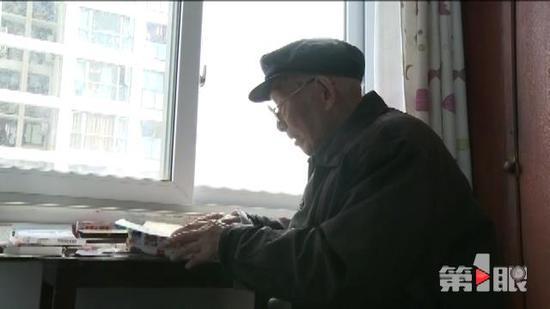 老人即将102岁数十年坚持学英语 常义务帮人补习