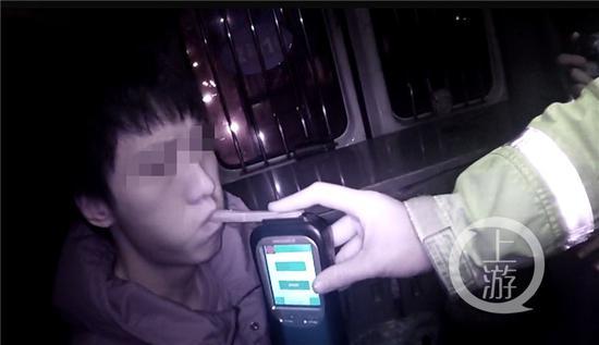 △刘某正在进行酒精测试。