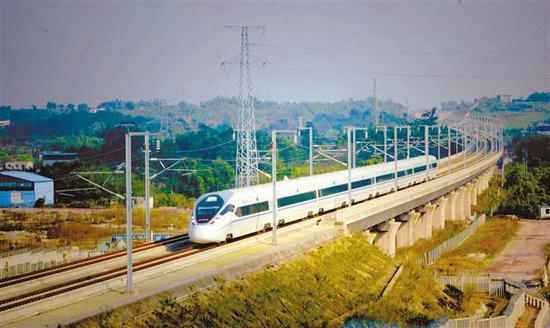重庆璧山区丁家镇,高铁列车高速奔驰。 记者 万难 摄