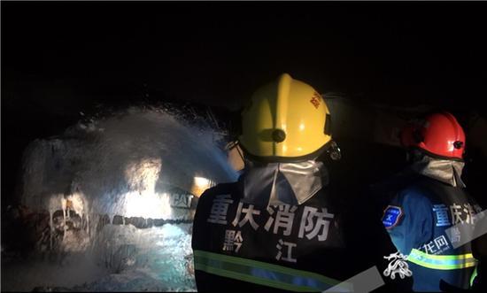 赶到现场以后,消防官兵立即展开灭火工作。黔江消防供图 华龙网发