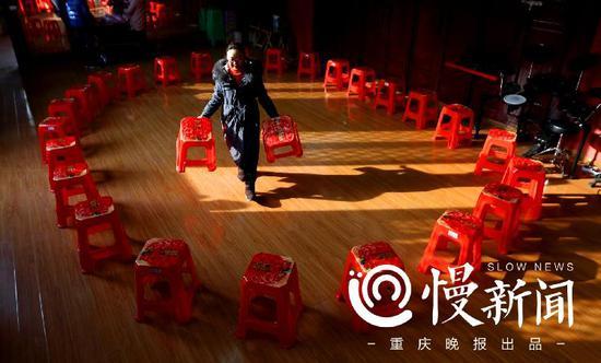 """△城口县团委副书记王优把凳子摆成一个圆圈,希望能促成几对""""圆满牵手"""""""