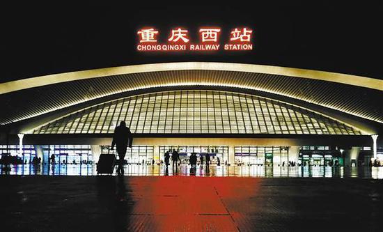 2018年1月25日,搭乘高铁的旅客快步走向重庆西站。当日,该站正式投入使用。 记者 崔力 摄 (本组图片均为本报资料图片)