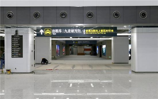 在出站大厅内,有专门的出口可到出租车等候区。