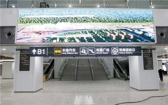 在出站大厅内,有专门的出口可到达长途汽车站。