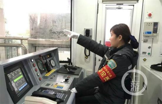 """""""信号绿灯!新山村站,准备停车!""""二号线的轨道列车上……"""