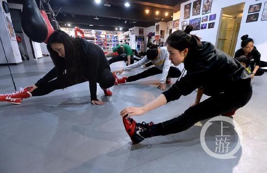 曹芯蕊带领学员做热身运动。