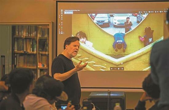 韦伯先生与学员分享他在洋人街拍摄的作品。记者 崔力 摄