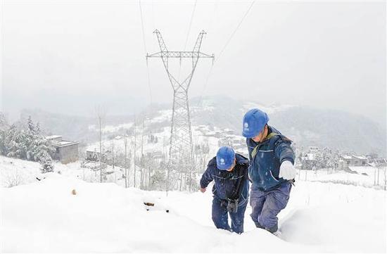 抢险电力 电力工人在巫溪猫儿背林场踏雪寻线。 通讯员 赵正林 摄