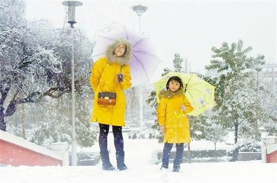 赏雪巫山1月4日,巫山市民在雪中留影。通讯员 王忠虎 摄