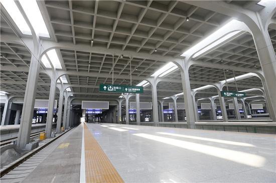 即将投入使用的重庆西站,站台明亮大气。