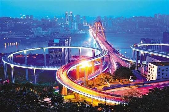 夜色里的重庆菜园坝长江大桥苏家坝立交桥。 唐安冰 摄